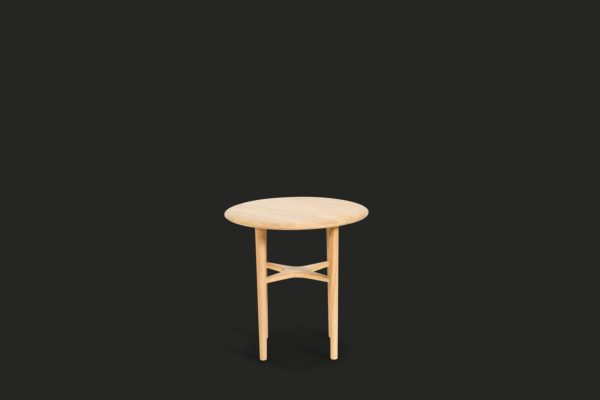 Bordet Crest från Mavis. Detta fåtöljbord är massiv ljus lackad ek. Det är alltså ljusare än vanlig ek.
