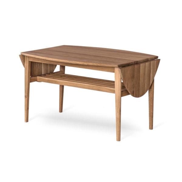 Fint soffbord som finns i ek och vitoljad ek. Detta bord heter Flip och kommer från Torkelsons. Bordet har både klaffar och hylla.