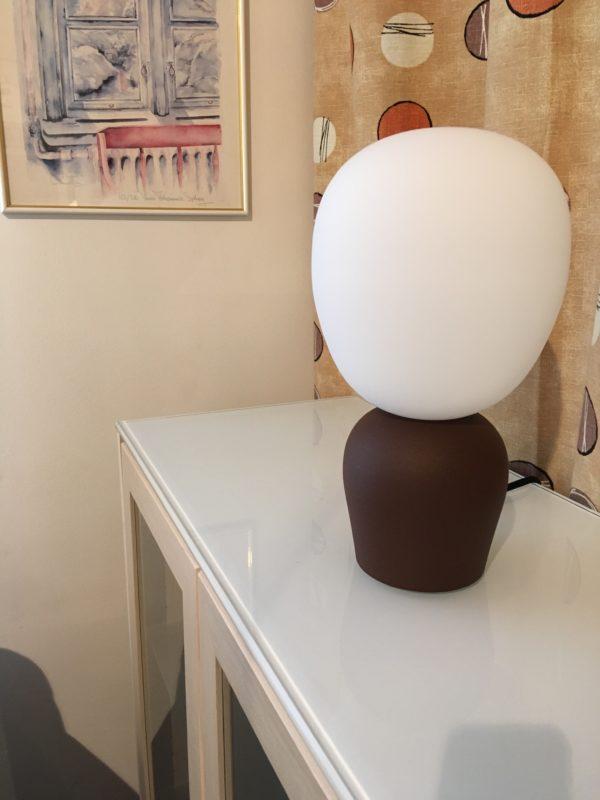 Fin fönsterlampa som även går att använda som bordslampa. Lampan Buddy är svensktillverkad av Belid.