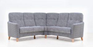 Soffan Anne från Ermatiko är en högryggad soffa. Soffan går att få som 3 sits, 2 sits eller hörnsoffa.
