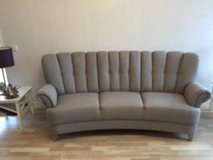 Högryggad soffa med fin rygg. Denna soffa heter Lisa och går att få som rak soffa eller svängd soffa. Välj mellan tyg och skinn.