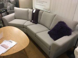 Detta är ett demo ex som vi nu har ett bra erbjudande på. Just nu är denna variant av den byggbara soffan Skagen från Hjort Knudsen på rea.