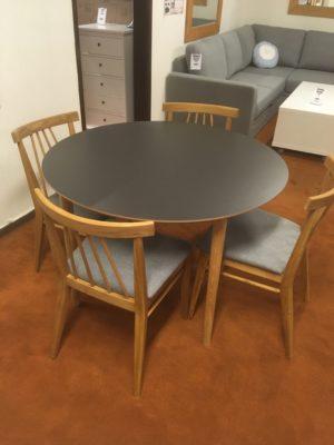 Bordet Flex från Hans K. Bordet är runt 110 cm med skiva i grafit och ben i oljad ek. Bordet är ett demo ex som vi har på rea.