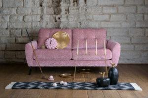 Marta från Ermatiko. En byggbar soffa med mjuka dynor. Finns med tre olika armstöd och tre olika ben.