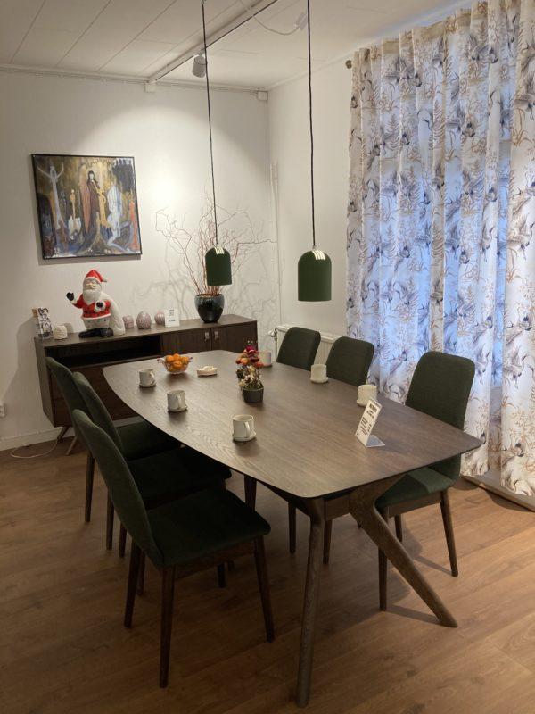 Matbord och stol ur serien hampton från Torkelson. Bordet är 210x100 cm. Stolen är beige eller grön. Vi har nu rea på demo ex av bord och 6 gröna stolar.