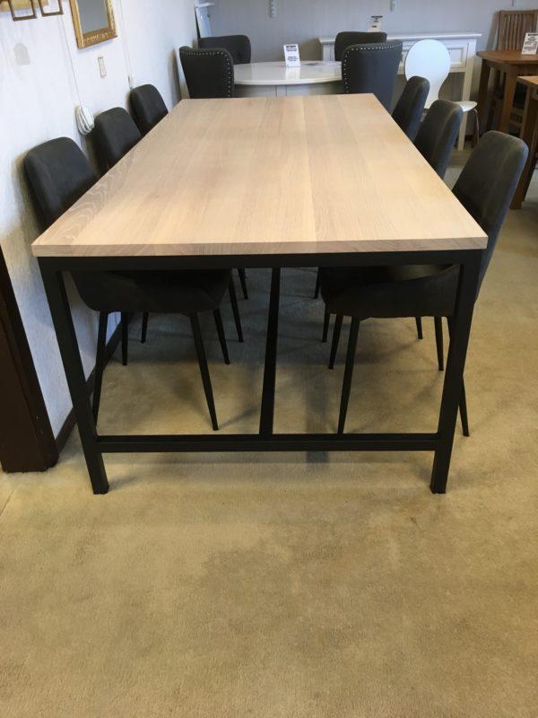 Serien Everett från Rowico består av matbord, vitrinskåp, skåp och sideboard. Finns i vitpigmenterad ek och svartlackad ek. Här intill är stolen sierra.
