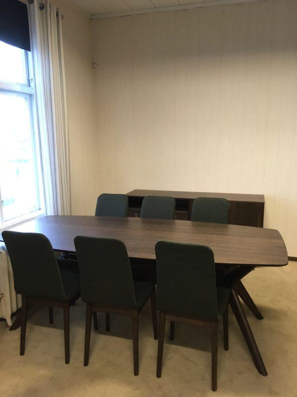 Matbord och stol ur serien hampton från Torkelson. Bordet är 210x100 cm. Stolen är beige eller grön.