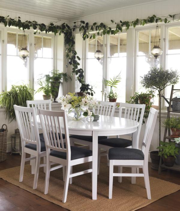 Wittskär är en matgrupp från Rowico. Denna matgrupp består av bord och stol i vitlack. Välj mellan sits i vitlack eller grått tyg. Bordet finns som rektangulärt bord, ovalt matbord och klaffbord.
