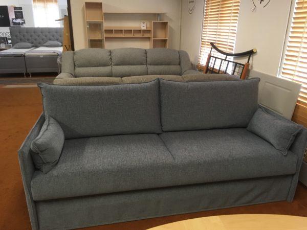 Olympia en längsbäddad bäddsoffa från Hovden. Denna soffa är 200 cm lång. Soffan har bonellfjädrar i över och underbädd.