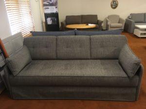 Längsbäddade bäddsoffan Roma från Hovden. Detta är en 3 sits soffa som har bonellfjädrar i både sits och underbädd.