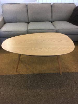 Droppformat bord från Kleppe vid namn Retro. Detta soffbord går att få med eller utan hylla. Finns i lackad ek, espresso, rökfärgat, vitt, vitfärgad ek och grått.