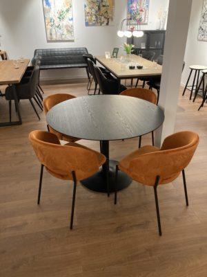 Bordet Miles. Runt matbord som också finns som soffbord. Här med stolen Gap. Bordet finns i betonglaminat och svart.