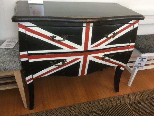 Lady byrå med brittisk flagga. Nu på rea.