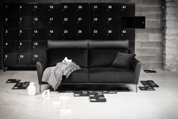 Nord är en högryggad byggbar soffa som är från Ermatiko. Soffan finns som 2-sits soffa, 3- sits soffa och fåtölj. Välj mellan olika bredder på sitsarna. Finns i tyg och skinn.