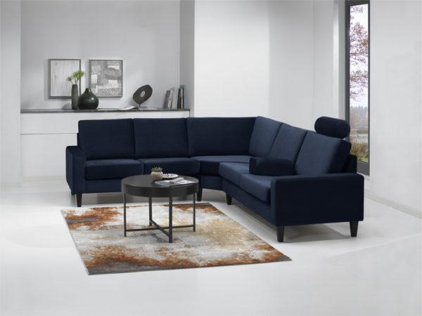 Byggbara soffan London från Troels. Denna soffa finns med höga ben, låga ben och som djup soffa. Välj mellan tyg eller skinn.