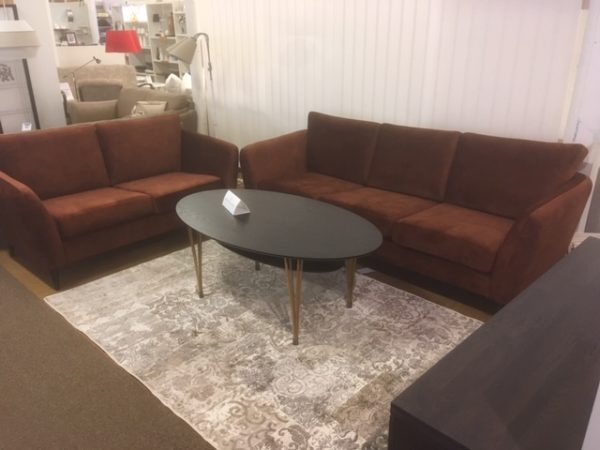 London är en byggbar soffa i flera modeller. Här med höga ben och retro armstöd. Välj mellan tyg och skinn.