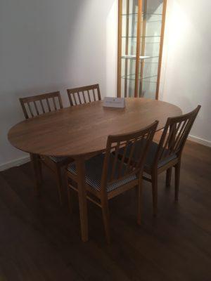 Svensktillverkat matbord vid namn Ballerina. Både matbord och stolar tillverkas i sverige närmare bestämt i bengtsfors.