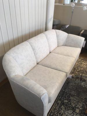 Rea på soffa Sara. Soffan är vit. Det är detta demo ex som säljs med rabatt.
