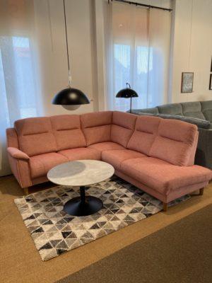 En högryggad byggbar soffa från Above vid namn Enzo. Välj mellan tyg eller skinn.