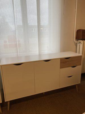 Ett sideboard ur serien Oslo. Detta sideboard är vitt med en låda samt ben i ek. Sideboardet är från Tvilum och har två dörrar samt tre lådor.
