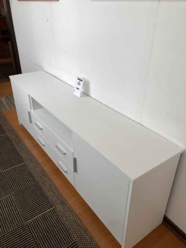 Fin mediabänk vid namn Bea. Tillverkad i Finland av Hiipakka. Mediabänken är vit och har bra förvaring 2 dörrar och 2 lådor.