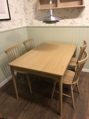 Svensktillverkade matsalsmöbler från Wigells. I serien Florida finns matbord, pinnstol och karmstol.