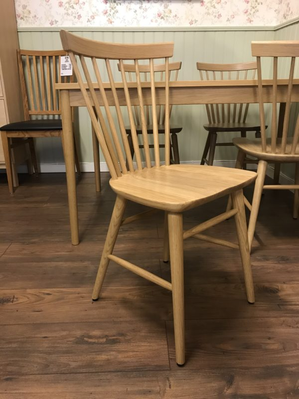 Svensktillverkad pinnstol från Wigells. Denna pinnstol heter Florida och det finns även tillhörande matbord och även karmstol.