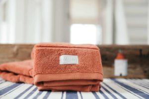 Vi har handdukar och badlakan från Pelle vävare i bomullsfrotté av hög kvalitet. Vi säljer även badrockar och badrumsmattor.