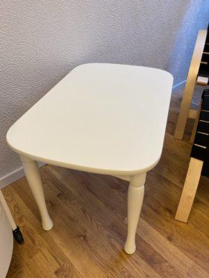 Litet fint soffbord eller lampbord i vitlack. Eftersom det är sista exemplaret säljer vi det billigt.