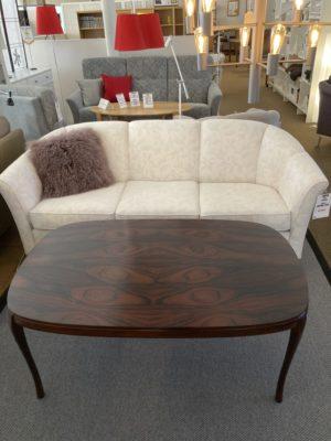 Soffbord i mahogny som finns i storleken 120x75 cm. Soffbordet finns endast i denna storlek. Bordet är klassiskt med lätt svängda ben.
