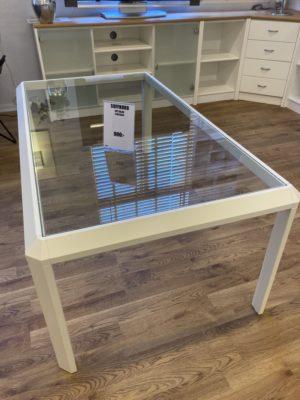 Soffbord med glasskiva och vita ben.