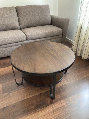 Fint runt soffbord med hylla. Detta soffbord heter Bolivia och är i antikbehandlad furu. Underrede i metall.