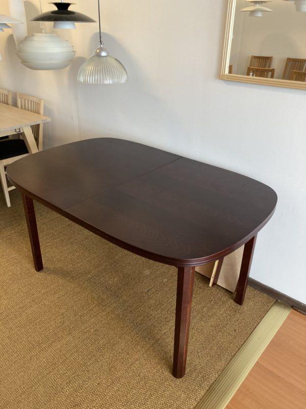 Ett fint klassiskt matbord i mahogny. Detta matbord säljs som demo ex med rabatt tillsammans med 1 ilägg. Bordet är 140x90 cm.