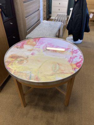 Svensktillverkade runda soffbordet New Deco kommer från Bordbirger. Detta soffbord är ett konstverk.