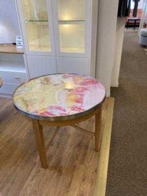 Fint soffbord som är svensktillverkat. New deco är ett soffbord från Bordbirger. Det har en glasskiva med ett konstverk under.
