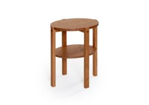 Fint svensktillverkat fåtöljbord från Bordbirger. Solo finns i ek, vitpigmenterad ek, rökt ek och svartbetsad ek.