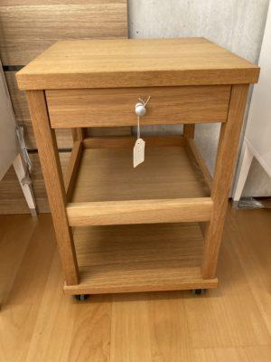 Sängbord Tango som är på rea. Detta demo ex är i ek med en hylla och en låda. Nattduksbordet är även på hjul.