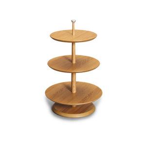 Fint svensktillverkat brickbord från Bordbirger. Tresteg består av tre runda brickor i olika storlekar. Bordet finns endast i ek.