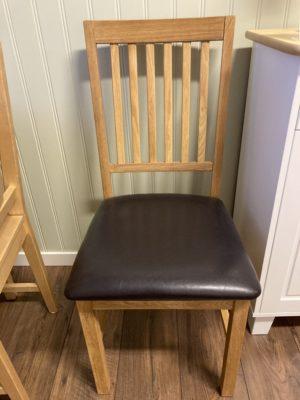 Fin stol i ek från Torkelson. Stolen har sits i konstläder. Nu säljer vi ut 4 st av dessa stolar till paketpris med 40% rabatt.