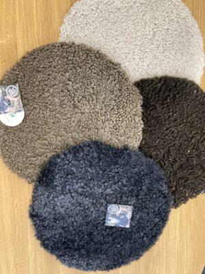 En rund sittdyna i fårskinn. Denna sittdyna kommer från Skinnwille. Välj mellan olika färger och storlekar.