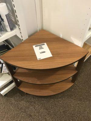Fint hörnbord från Bordbirger. Detta hörnbord är svensktillverkat och heter Turin. Bordet har två hyllor. Finns endast i valnöt.