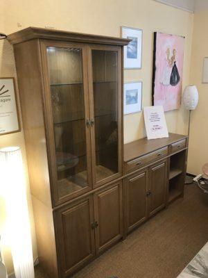 Fin bokhylla vid namn Lord. Denna bokhylla har ett vitrinskåp, dörrar och lådor. Hyllan är i ek. Detta demo ex säljs med 25 % rabatt. Det är alltså på rea.