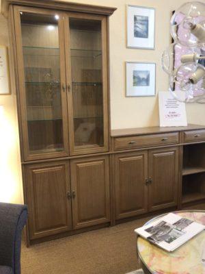 Rea. Denna bokhylla är just nu på rea. Hyllan heter Lord har dörrar och lådor. Hyllan är i ek och säljs med 25 % rabatt.