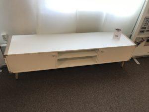 Fin mediabänk med två dörrar och en hylla i mitten. Denna mediabänk är vit med detaljer i vitpigmenterat.