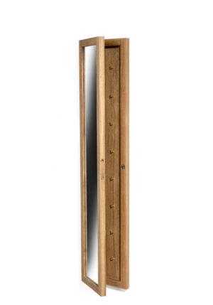 Zitti nyckelskåp med spegel från Torkelson. Detta nyckelskåp finns i ek och vitt. På krokarna kan du förvara nycklar eller kanske smycken.
