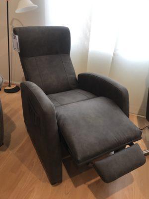 Pia är en reclinerfåtölj som finns som elektrisk och manuell. Välj mellan skinn och tyg.