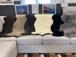 Fina fårskinn från Skinnwille. Dessa fårskinn finns även som sittdynor i rund och fyrkantig modell. Fårskinnen finns i flera olika färger.
