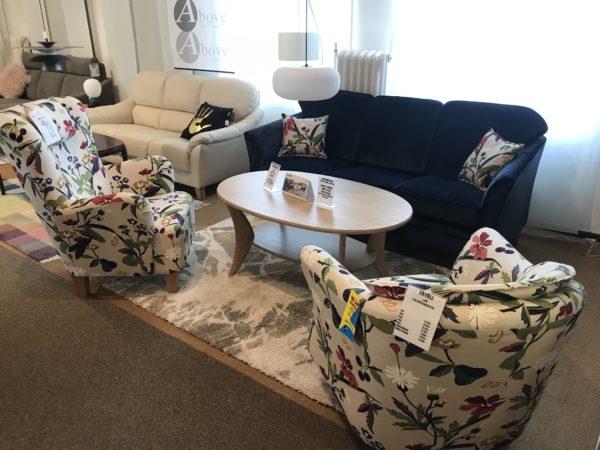 Fin soffa från Above som heter Svea. Denna soffa går att få med eller utan kappa. Soffan går att få med olika bredder på sitsar.