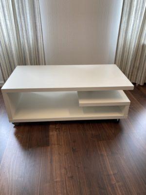 Fint soffbord med hjul. Detta soffbord från Designa finns i svart och vitt. Bordet har en hylla för förvaring.