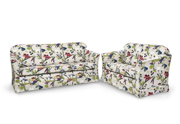 Soffa från Above som går att få med eller utan kappa. Soffan går att få i tyg och skinn.